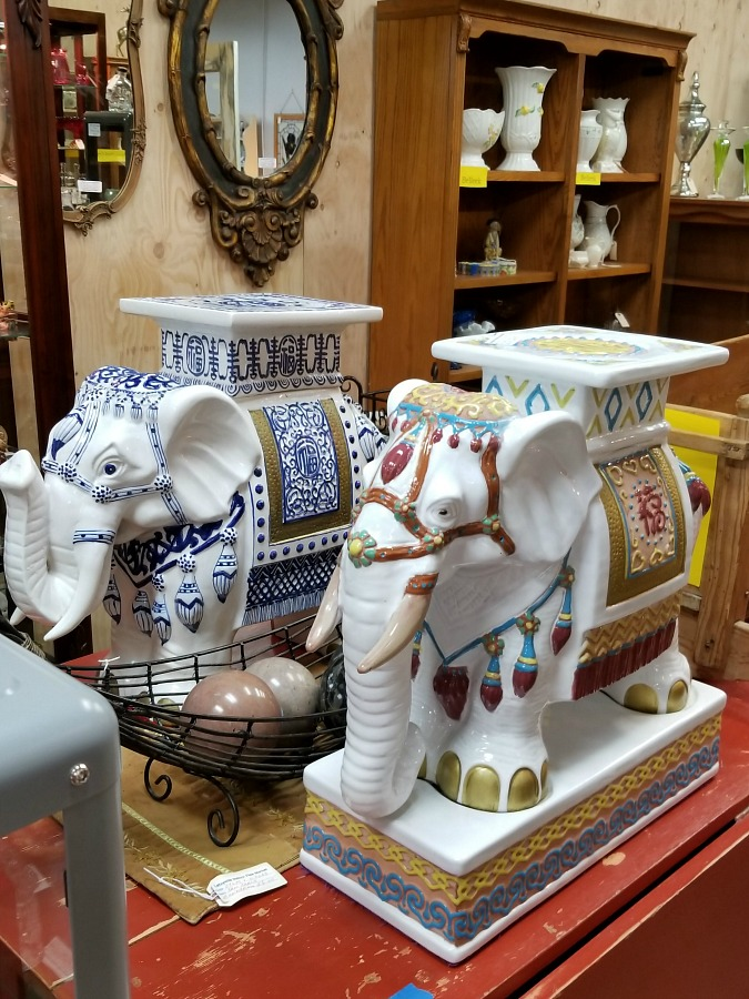 my shopping day at the flea markets, a day at the fleas, cool stuff I found at the fleas, home, decor, interior design, wall art, wicker giraffe planter, cool cookie jar
