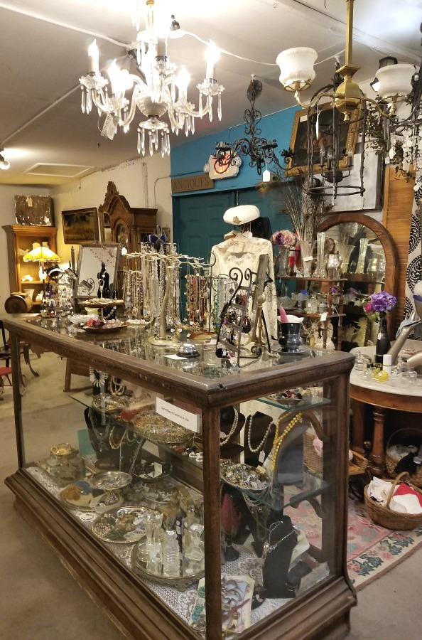my shopping day at the flea markets, a day at the fleas, cool stuff I found at the fleas, home, decor, interior design, wall art, wicker giraffe planter, cool cookie jar, vintage chandelier