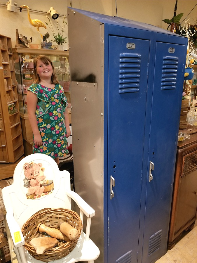 my shopping day at the flea markets, a day at the fleas, cool stuff I found at the fleas, home, decor, interior design, wall art, wicker giraffe planter, cool cookie jar, lockers